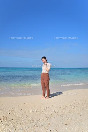 宮古島/リフレッシュ休暇の若い女性の写真素材 [FYI01235659]