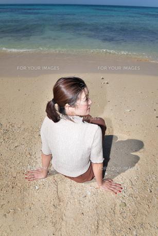 宮古島/リフレッシュ休暇の若い女性の写真素材 [FYI01235664]