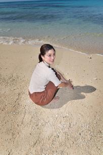 宮古島/リフレッシュ休暇の若い女性の写真素材 [FYI01235665]