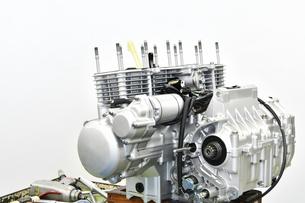 整備中のオートバイエンジンの写真素材 [FYI01235822]