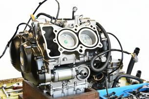 整備中のオートバイエンジンの写真素材 [FYI01235825]