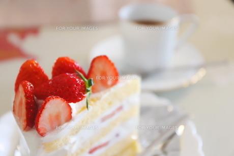 コーヒーとイチゴのショートケーキの写真素材 [FYI01235842]