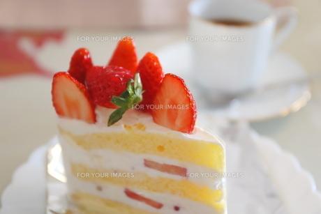 コーヒーとイチゴのショートケーキの写真素材 [FYI01235843]