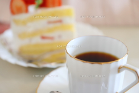 コーヒーとイチゴのショートケーキの写真素材 [FYI01235844]