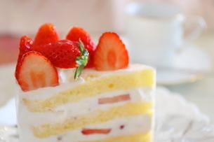 コーヒーとイチゴのショートケーキの写真素材 [FYI01235846]