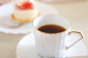 コーヒーとイチゴのレアチーズケーキの写真素材 [FYI01235849]