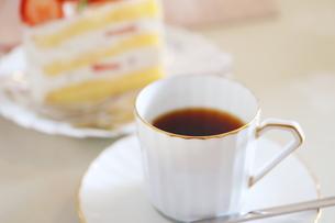 コーヒーとイチゴのショートケーキの写真素材 [FYI01235851]