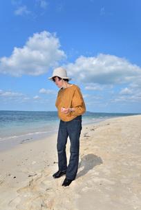 宮古島/来間島・長間浜ビーチ/リフレッシュの婦人の写真素材 [FYI01235889]