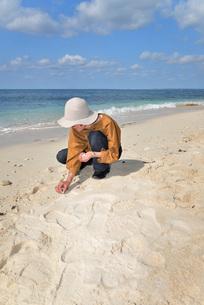 宮古島/来間島・長間浜ビーチ/リフレッシュの婦人の写真素材 [FYI01235892]