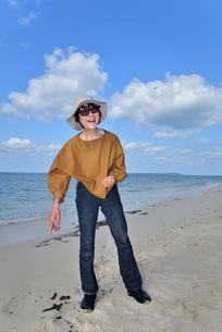 宮古島/来間島・長間浜ビーチ/リフレッシュの婦人の写真素材 [FYI01235894]