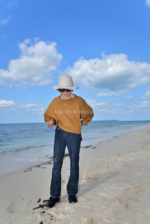 宮古島/来間島・長間浜ビーチ/リフレッシュの婦人の写真素材 [FYI01235896]