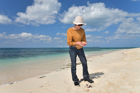 宮古島/来間島・長間浜ビーチ/リフレッシュの婦人の写真素材 [FYI01235897]
