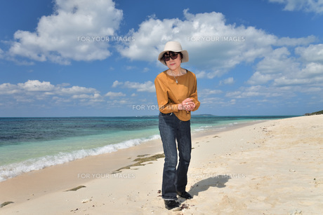 宮古島/来間島・長間浜ビーチ/リフレッシュの婦人の写真素材 [FYI01235898]
