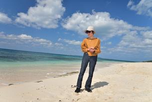 宮古島/来間島・長間浜ビーチ/リフレッシュの婦人の写真素材 [FYI01235899]