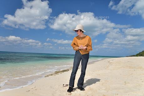 宮古島/来間島・長間浜ビーチ/リフレッシュの婦人の写真素材 [FYI01235900]