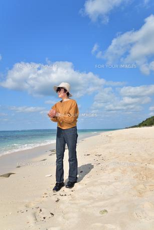 宮古島/来間島・長間浜ビーチ/リフレッシュの婦人の写真素材 [FYI01235901]