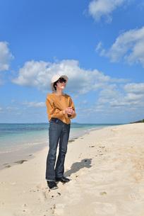 宮古島/来間島・長間浜ビーチ/リフレッシュの婦人の写真素材 [FYI01235903]