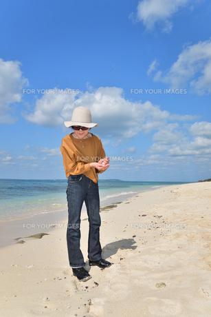 宮古島/来間島・長間浜ビーチ/リフレッシュの婦人の写真素材 [FYI01235904]