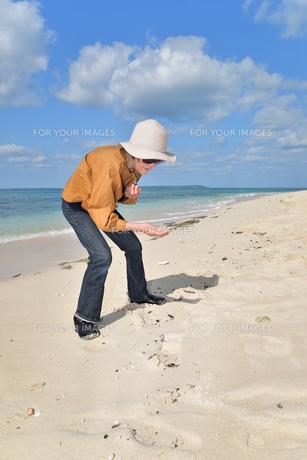 宮古島/来間島・長間浜ビーチ/リフレッシュの婦人の写真素材 [FYI01235905]