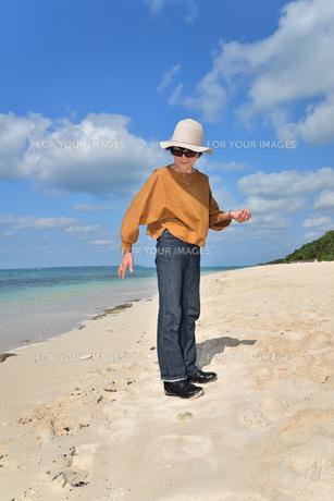 宮古島/来間島・長間浜ビーチ/リフレッシュの婦人の写真素材 [FYI01235906]
