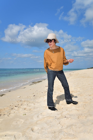 宮古島/来間島・長間浜ビーチ/リフレッシュの婦人の写真素材 [FYI01235907]
