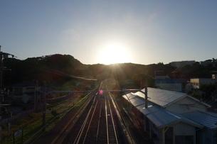 駅舎の夕陽の写真素材 [FYI01236158]