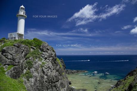 サンゴ礁の海と灯台の写真素材 [FYI01236663]