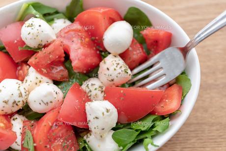 白い皿に盛られたサラダとフォークの写真素材 [FYI01236841]