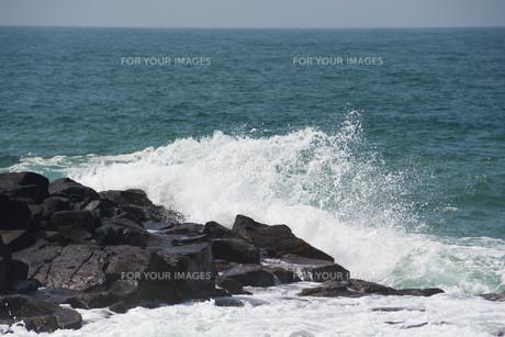 砕ける波の写真素材 [FYI01236907]