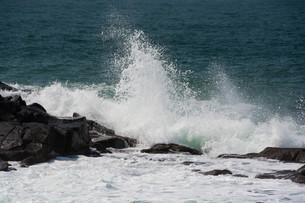 砕ける波の写真素材 [FYI01236908]