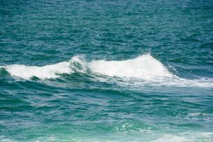 打ち寄せる波の写真素材 [FYI01236910]
