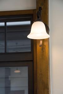 レトロな門灯の写真素材 [FYI01236912]