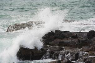 砕ける波の写真素材 [FYI01236913]