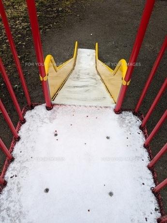東京の雪 公園 滑り台の写真素材 [FYI01236922]