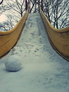 東京の雪 公園 滑り台の写真素材 [FYI01236924]