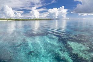 南の島のサンゴ礁の海の写真素材 [FYI01237163]