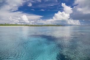 南の島のサンゴ礁の海の写真素材 [FYI01237175]
