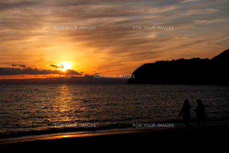 夕焼けと海の写真素材 [FYI01237394]