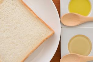 食パンに蜂蜜とオリーブオイルの写真素材 [FYI01237431]