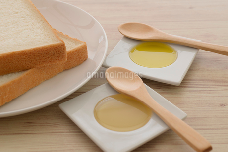 食パンに蜂蜜とオリーブオイルの写真素材 [FYI01237436]
