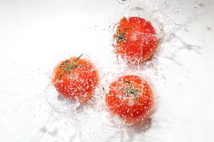 トマトと水飛沫の写真素材 [FYI01237469]