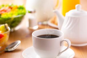 朝食〜ホットコーヒーの写真素材 [FYI01237541]