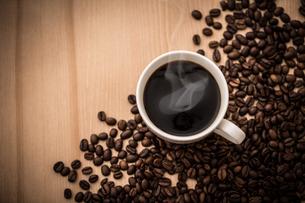 ホットコーヒーとコーヒー豆の写真素材 [FYI01237569]