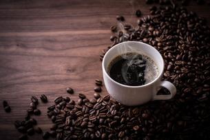 ホットコーヒーとコーヒー豆の写真素材 [FYI01237586]