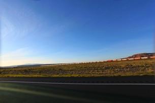 アメリカ横断にて横断鉄道とアメリカ南部を走るの写真素材 [FYI01237758]