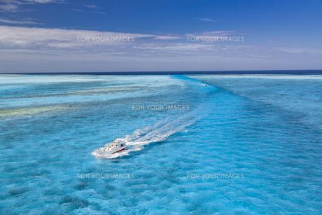 南の島の青い海を進む船の写真素材 [FYI01237931]