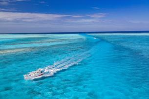 南の島の青い海を進む船の写真素材 [FYI01237932]
