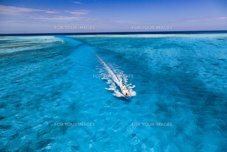 南の島の青い海を進む船の写真素材 [FYI01237933]