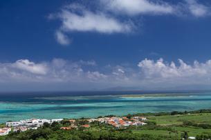 小浜島 サンゴ礁の海を見渡す展望台の写真素材 [FYI01237936]