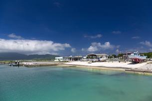 小浜島 南の島の静かな漁港の写真素材 [FYI01237937]